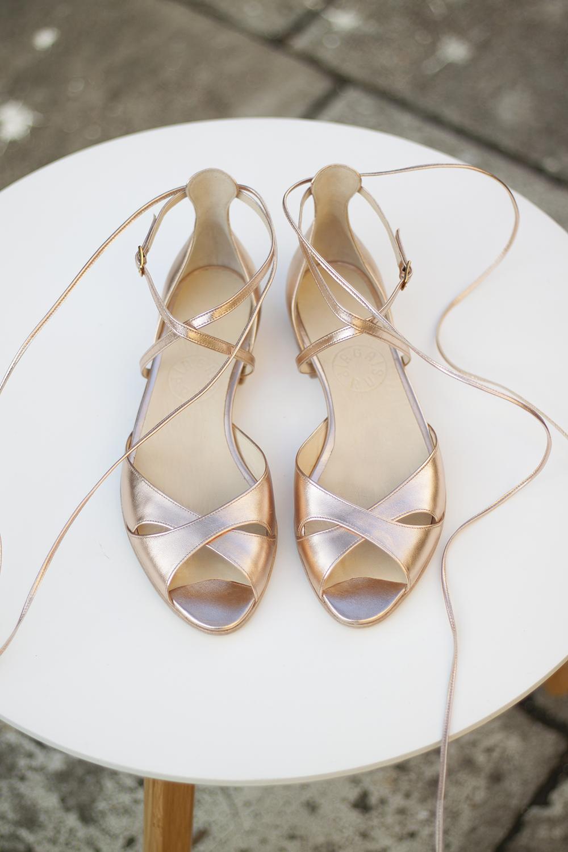 cf9ff30a186ac1 Delikatne i eleganckie sandałki uszyte na ślub. Paseczki krzyżujące się na  podbiciu świetnie utrzymują stopę w bucie stabilizując piętę.